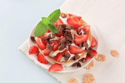Cream cheese gratin with strawberries and vanilla ice-cream